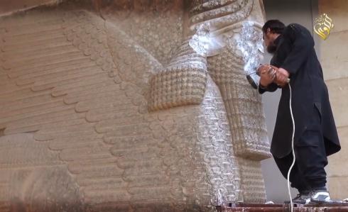 داعشي يهدم آثار العراق